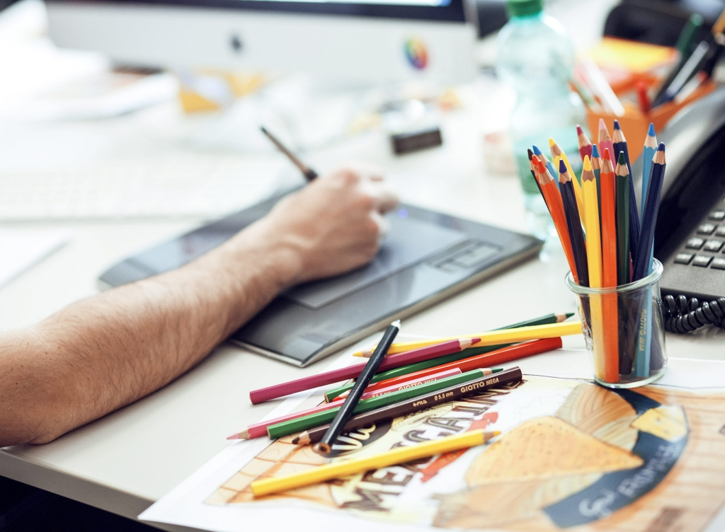 visuel représentant un designer entrain de travailler #branding