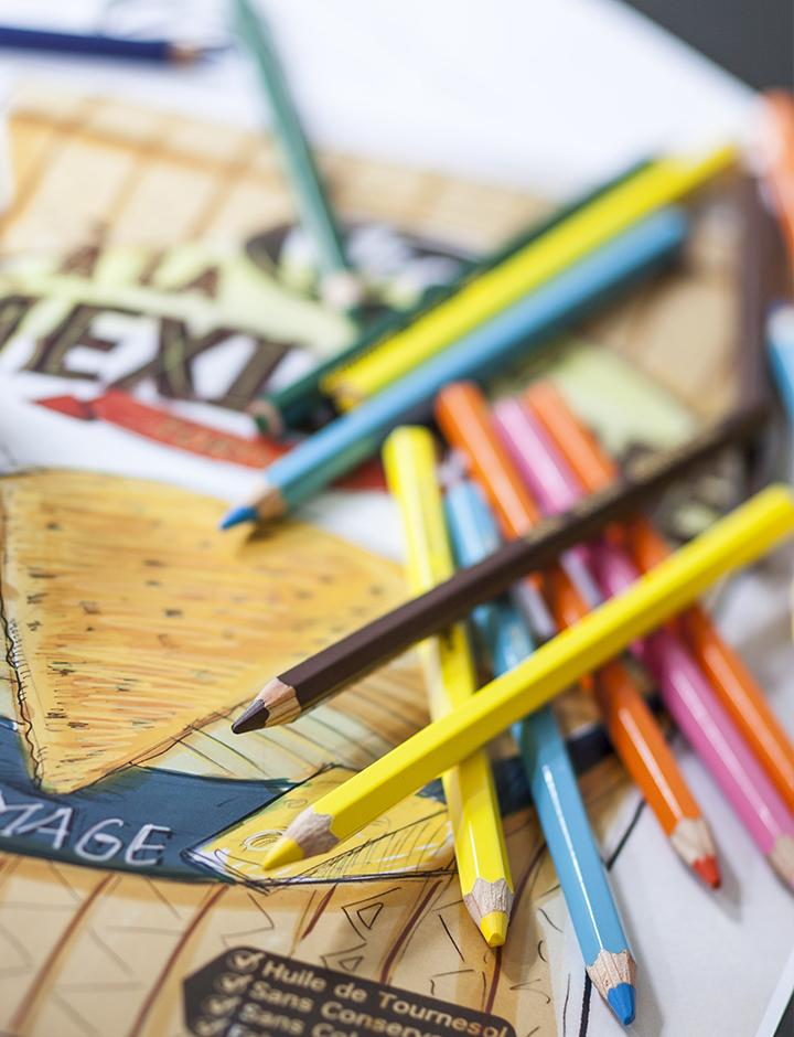 visuel représentant des crayons de couleurs sur un pack #branding
